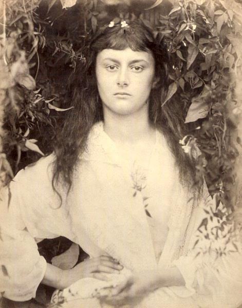 """Pomona, 1872 Alice Liddel (1852-1934) che fu l'inspiratrice di """"Alice in Wonderland"""" di Lewis Carrol, posa in questa foto come Pomona, la dea greca dei frutti e dei giardini."""