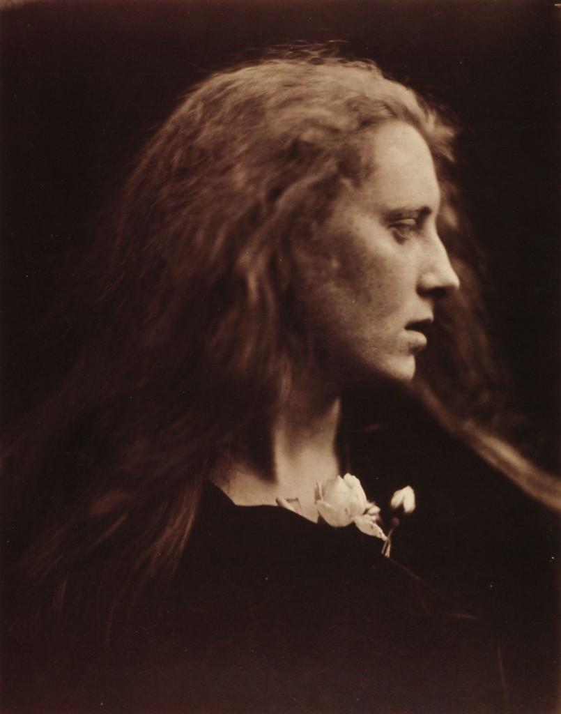 Ofelia, 1867 Questa rappresentazione dell'eroina tragica dell'Amleto di Shakespeare fa parte di una serie che Cameron dedicó al poeta e artista Dante gabriel Rossetti.